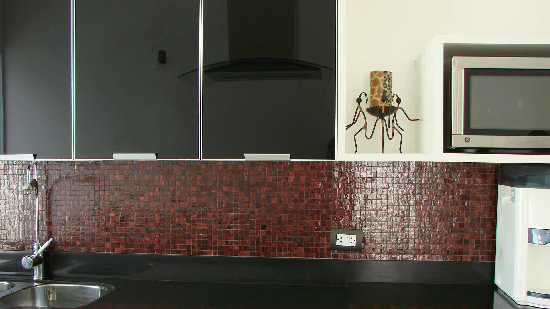cozinha planejada portas de vidros e rodabanca com pastilhas de vidro