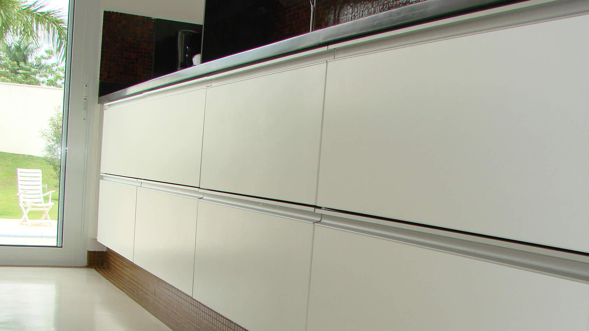 cozinha planejada com puxadores de alumínio