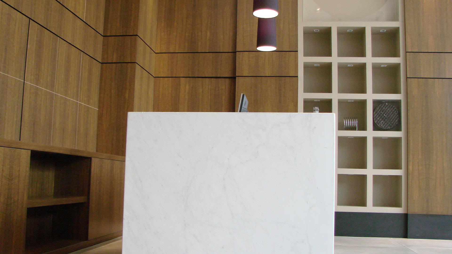 balcão de atendimento revestimento de madeira móveis planejados ambiente corporativo