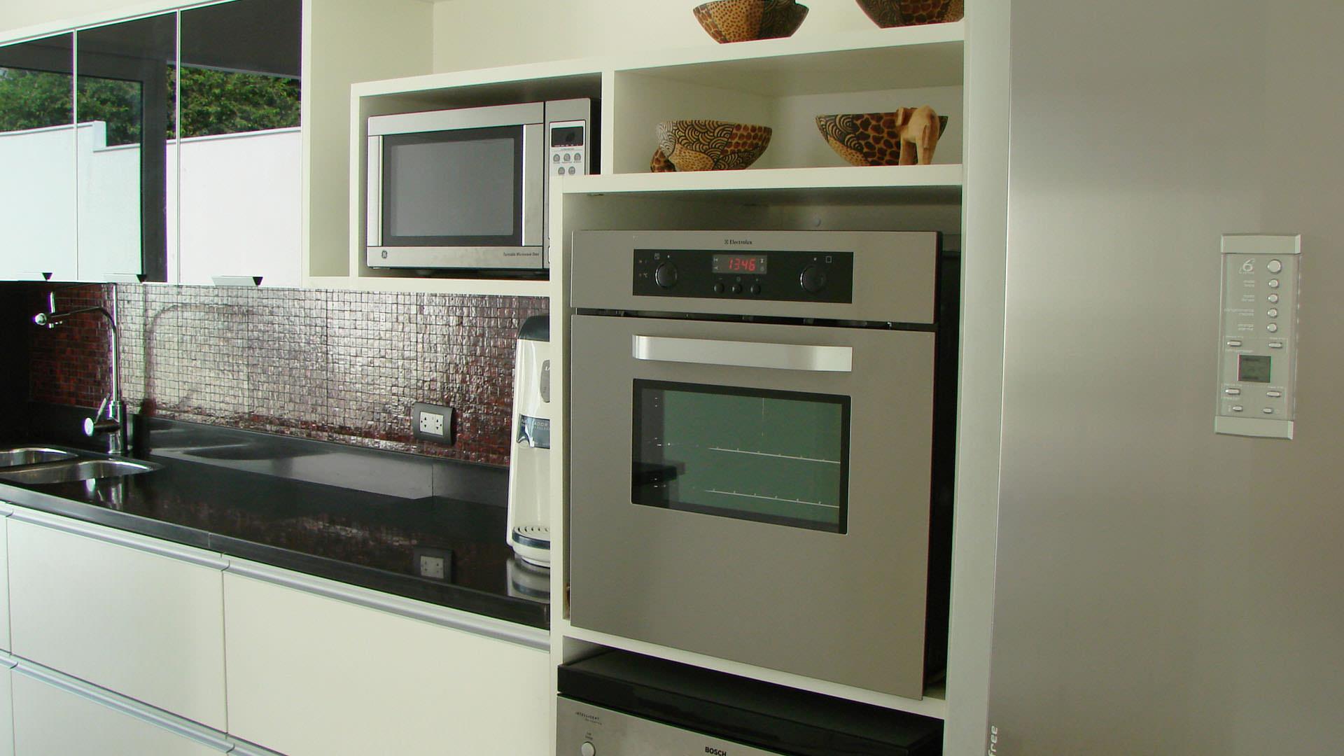 cozinha planejada com portas de vidro