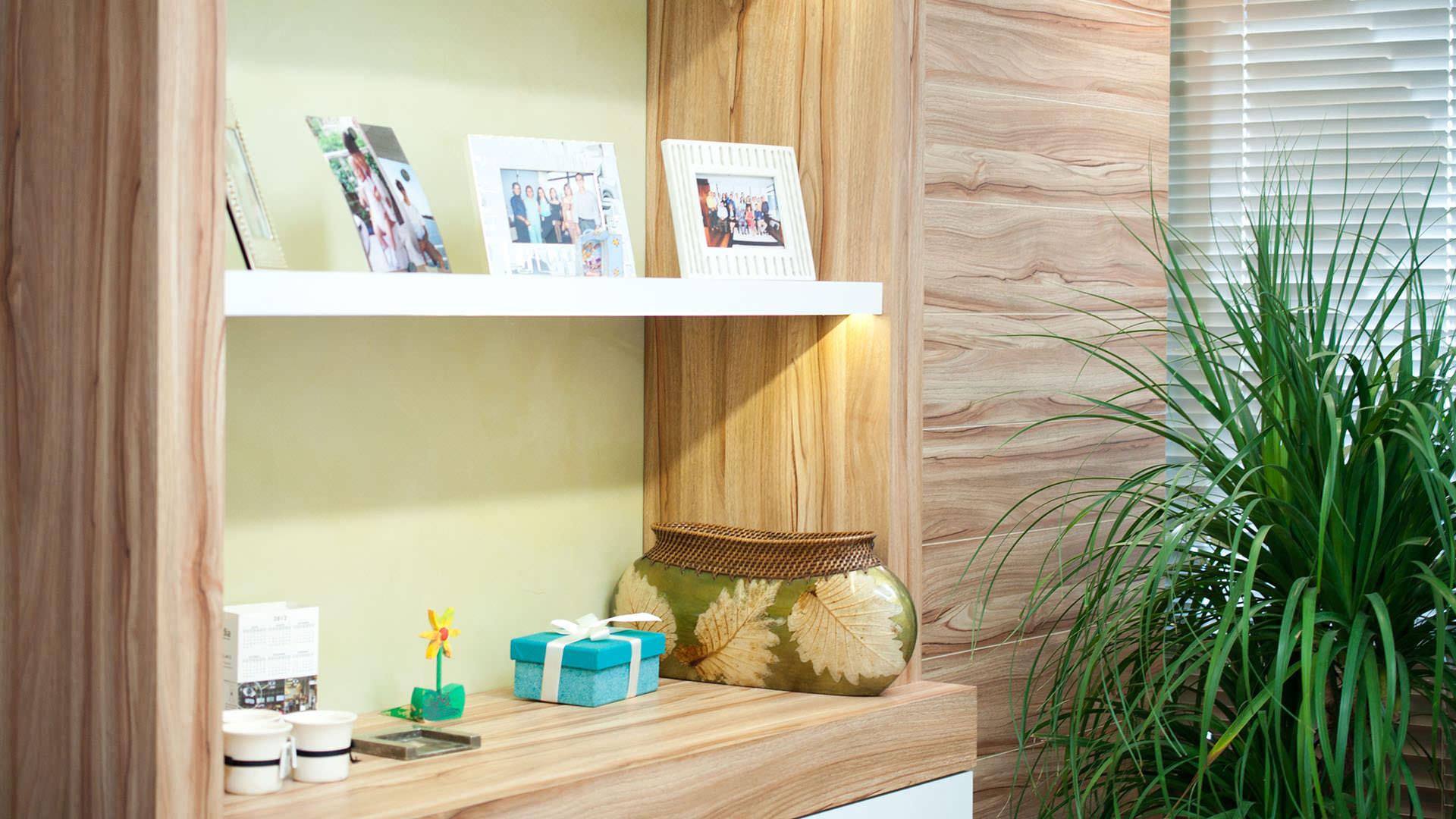 mobiliário corporativo estante e armário painel de madeira