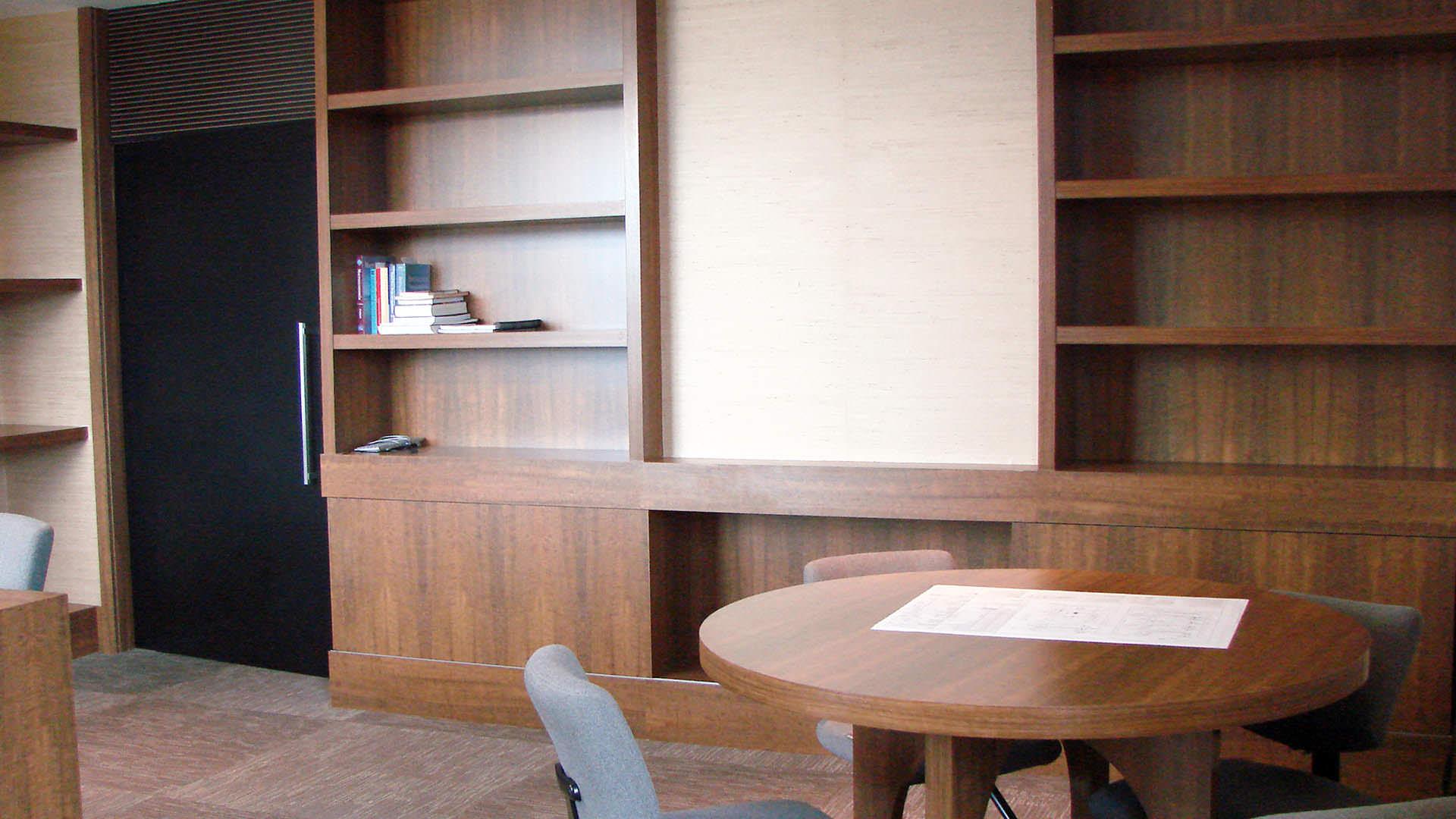 estante e mesa sob medida móveis planejados ambiente corporativo