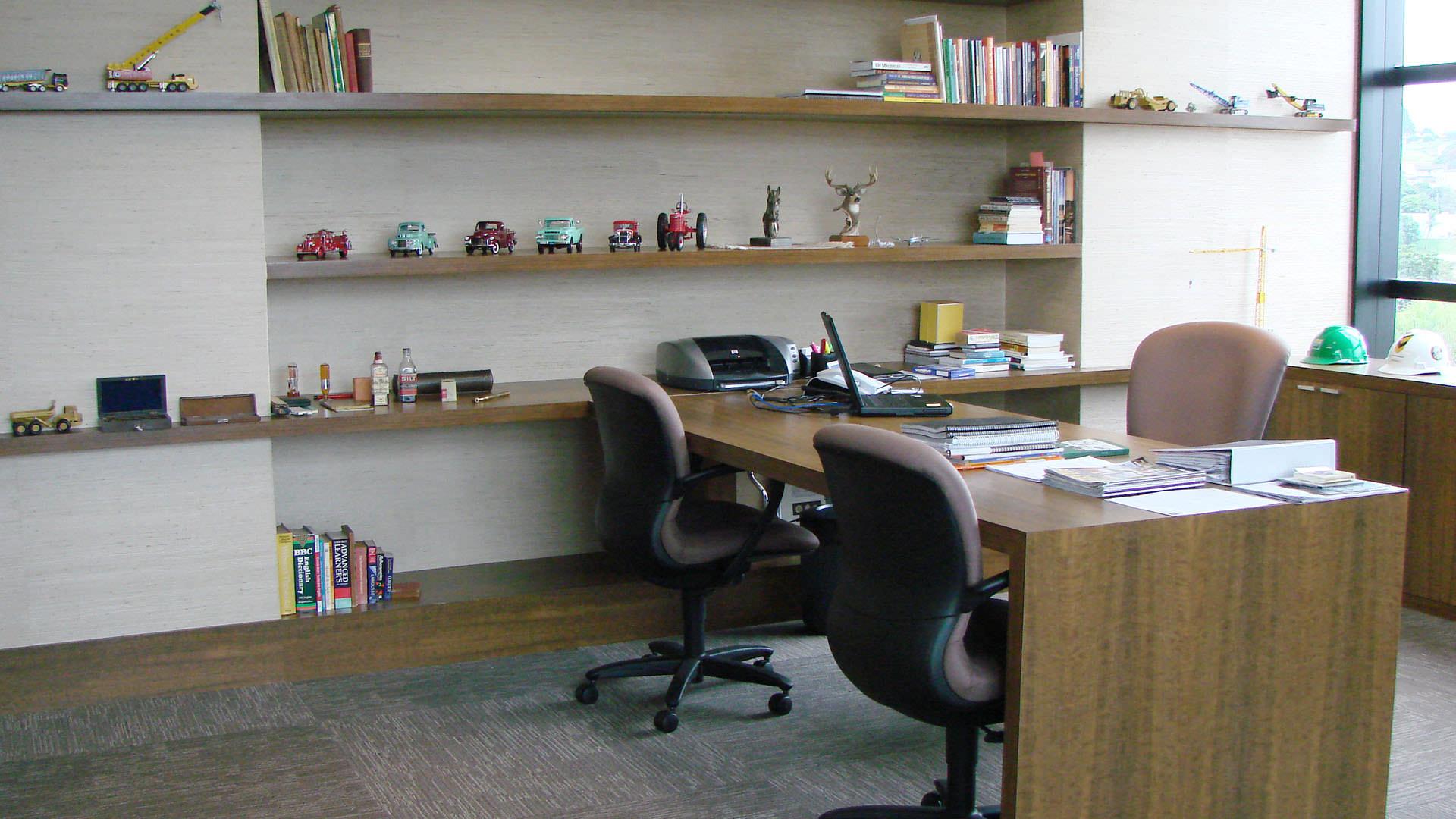 mesa estante e armário sob medida móveis planejados ambiente corporativo