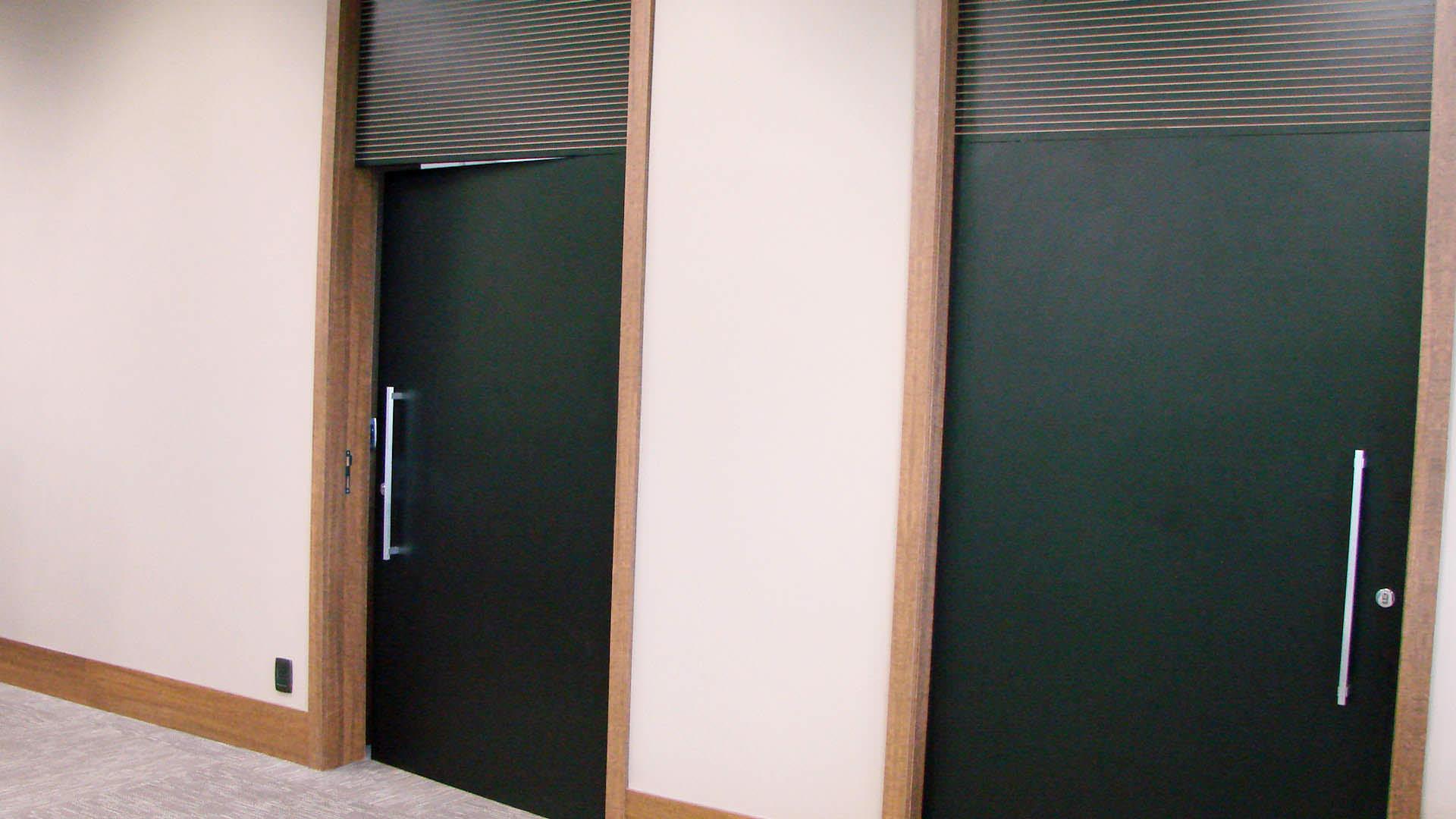 porta pivotante móveis planejados ambiente corporativo