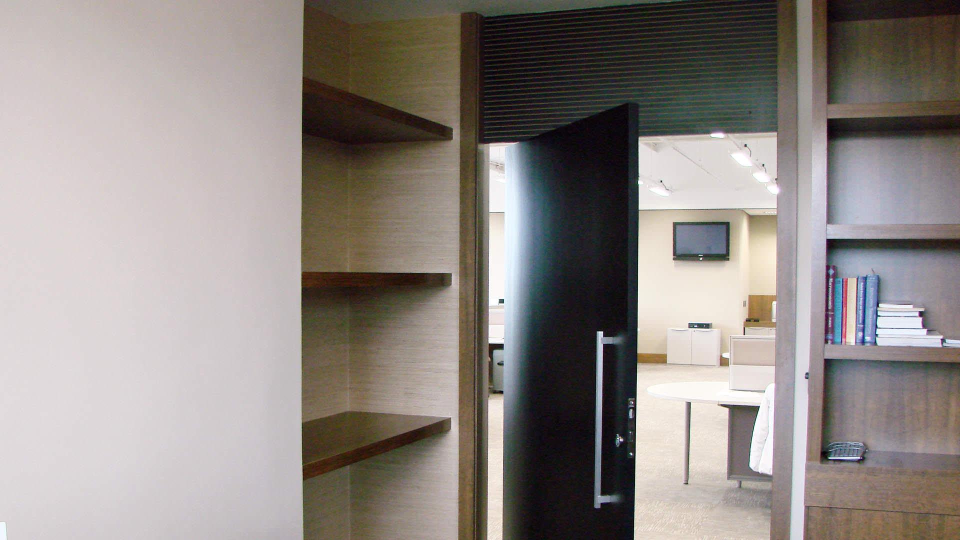 porta pivotante sob medida móveis planejados ambiente corporativo