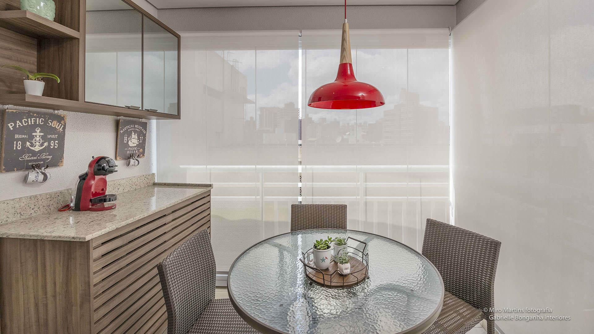 sala de refeições na varanda apartamento pequeno com móveis planejados