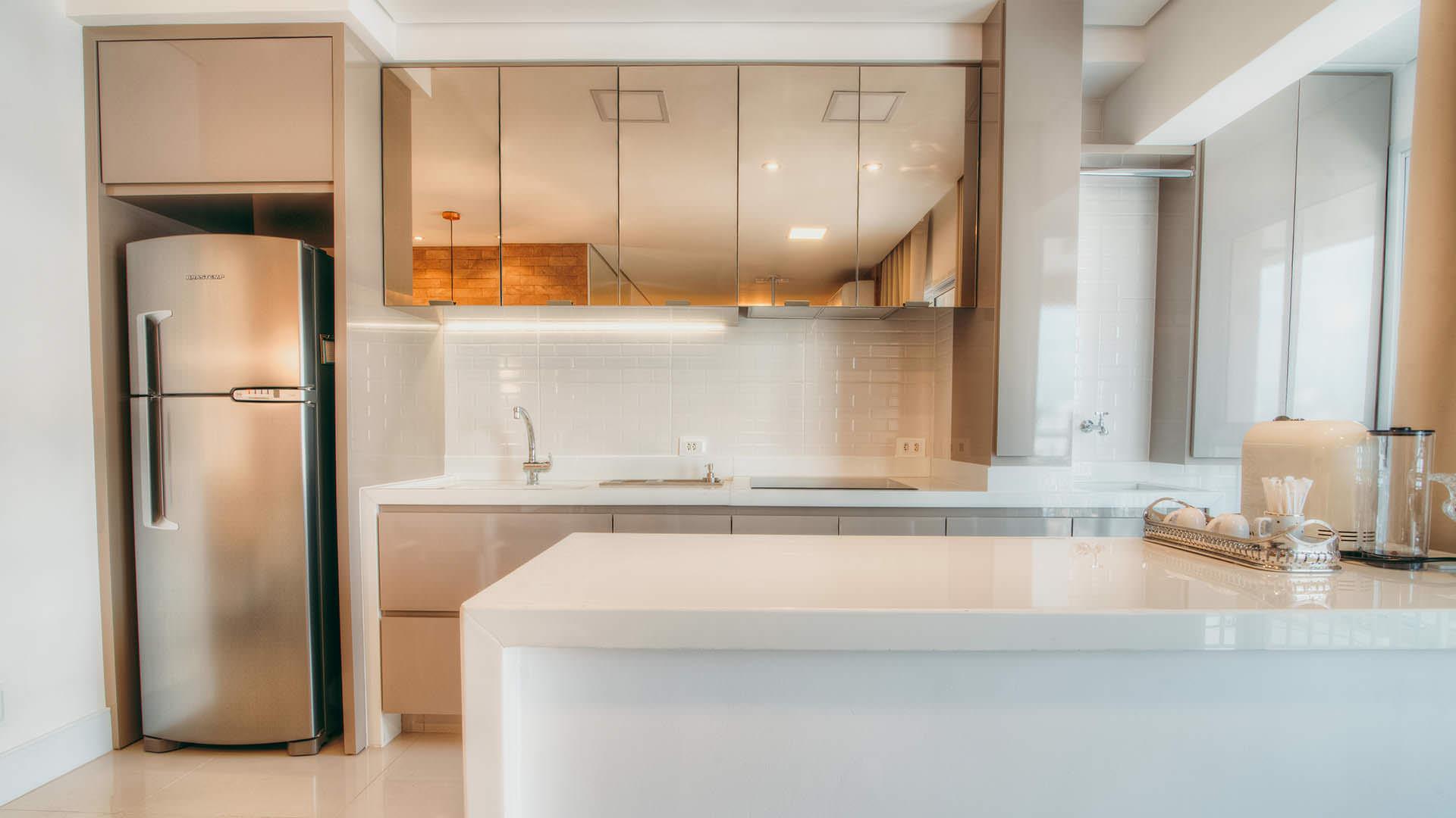 cozinha planejada utilizando espelho na cor bronze