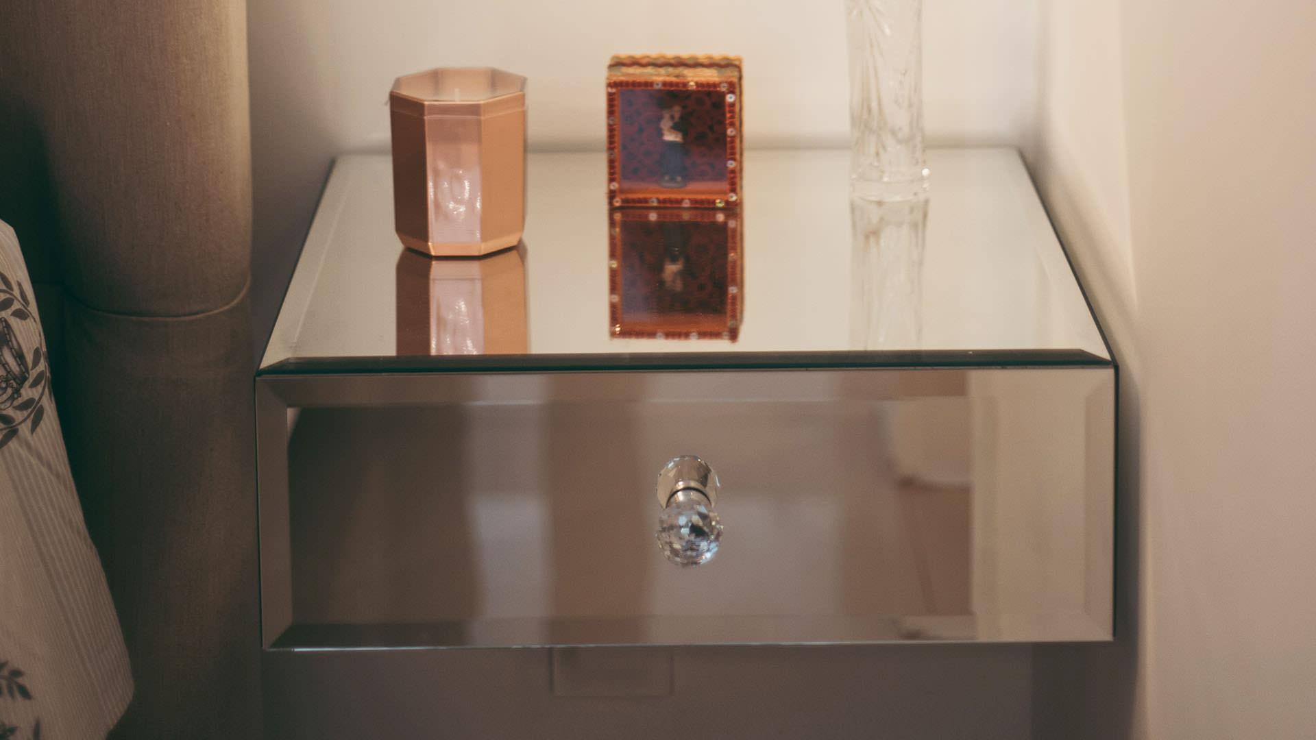 criado-mudo revestido com espelho cor prata